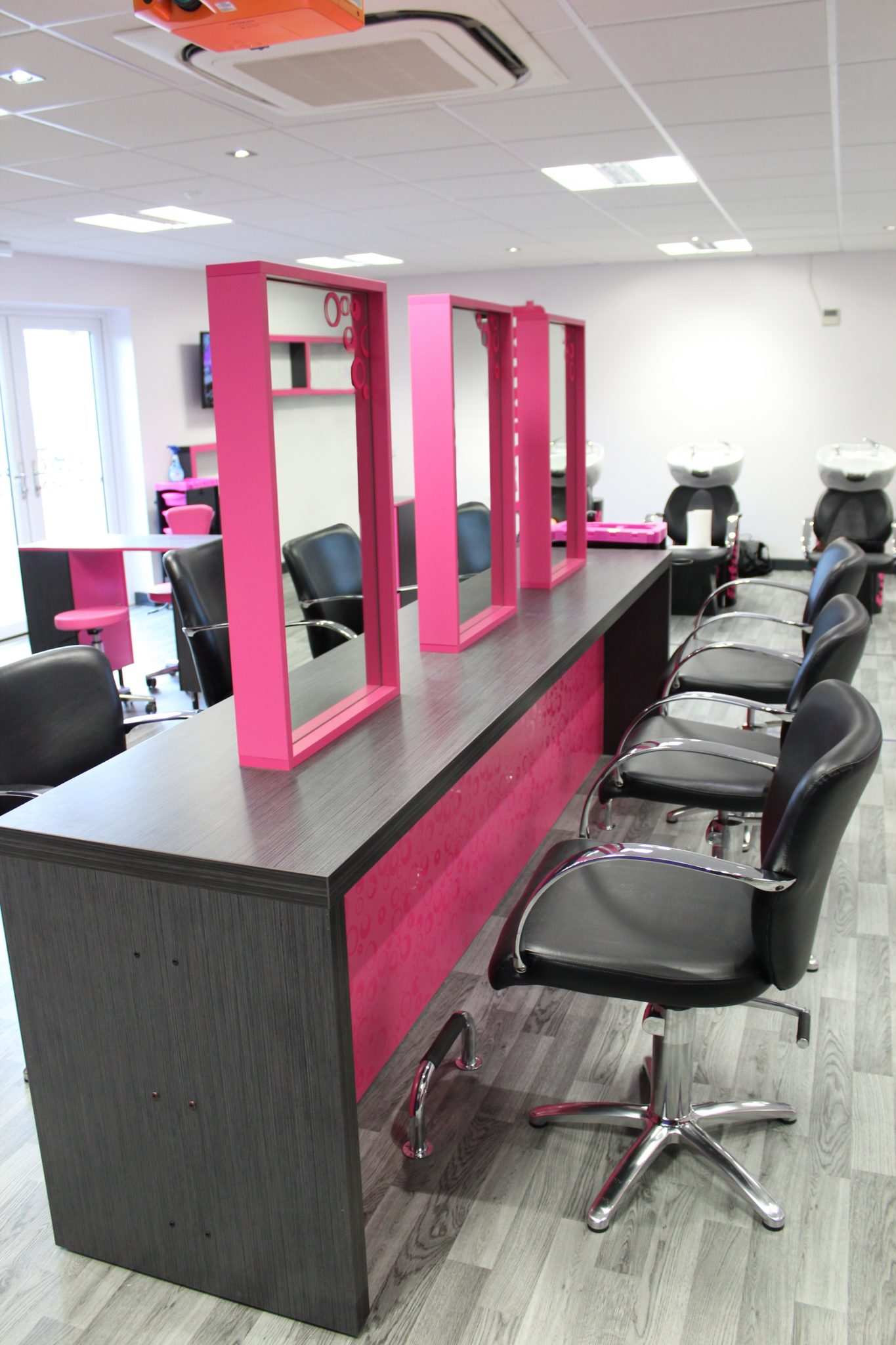 Hairdressing bench station